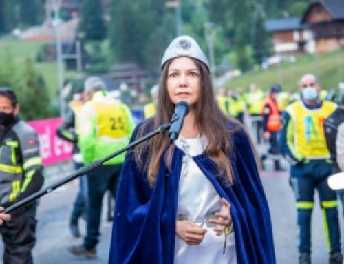Gesang-Performance beim Start der Maratona dles Dolomites